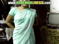 Dilettante Indian girl in her saree strips down to get fucked