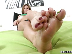 lisa x has a knockout body and talented feet